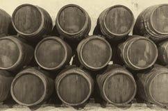 葡萄酒桶在老葡萄酒库里 库存图片