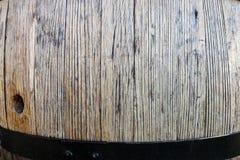 葡萄酒桶在黑暗的地窖里 免版税库存照片