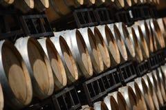 葡萄酒桶存贮在纳帕谷加利福尼亚 免版税库存照片