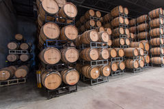 葡萄酒桶存贮 免版税库存照片