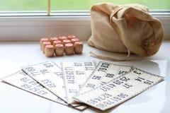 葡萄酒棋乐透纸牌,小桶,木 免版税库存图片