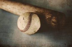葡萄酒棒球棒和老球 库存照片