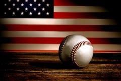 葡萄酒棒球球和爱国美国国旗 免版税库存照片