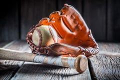 葡萄酒棒球球和金黄手套 免版税库存照片