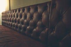 葡萄酒棕色皮革沙发 免版税库存照片