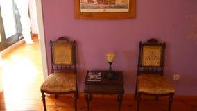 葡萄酒椅子和一张桌,反对一个石墙的背景 股票视频