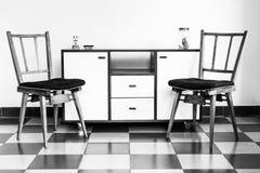 葡萄酒椅子和家具在黑白 免版税库存照片