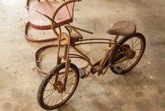 葡萄酒椅子和自行车 免版税库存图片