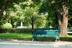 葡萄酒椅子在庭院里 免版税库存图片