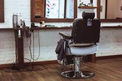 葡萄酒椅子在理发店 免版税库存图片