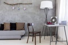 葡萄酒椅子适用于一张现代minimalistic书桌 库存照片