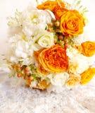 葡萄酒橙色象牙白色婚礼花束 库存图片