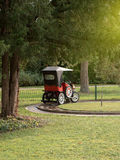 葡萄酒欧宝汽车在游乐园 库存图片