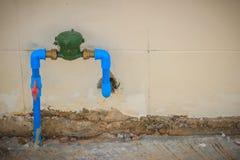 葡萄酒水表安装与古铜色联接, PVC手肘conne 免版税图库摄影