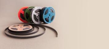葡萄酒汇集8 mm戏院影片轴 减速火箭的家庭录影放映机的设计五颜六色的明胶辅助部件 灰色 免版税库存图片