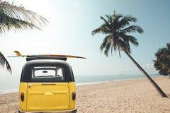葡萄酒汽车后方在热带海滩停放了 免版税库存图片
