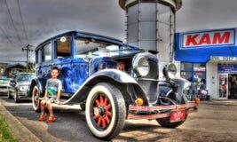 葡萄酒汽车和年轻男孩 图库摄影