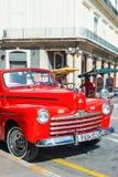 葡萄酒汽车在一条著名街道上停放了在哈瓦那 库存照片