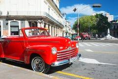 葡萄酒汽车在一条著名街道上停放了在哈瓦那 库存图片