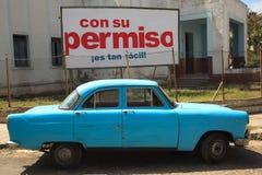 葡萄酒汽车在老哈瓦那,古巴街道停放了  库存图片