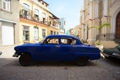 葡萄酒汽车在老哈瓦那,古巴街道停放了  库存照片