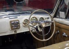 葡萄酒汽车的仪表板细节 库存照片