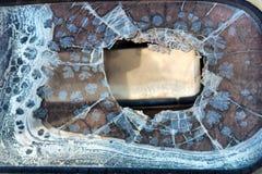 葡萄酒汽车的残破的挡风玻璃 免版税库存图片