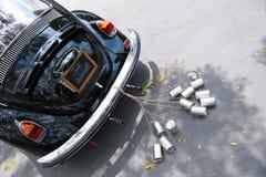 葡萄酒汽车的背面图有结婚的标志的 免版税图库摄影