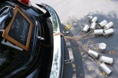 葡萄酒汽车的背面图有结婚的标志的 库存照片