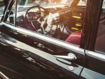 葡萄酒汽车经典汽车减速火箭的样式门把手仪表板 库存照片