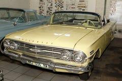 葡萄酒汽车1960年雪佛兰因帕拉泡影上面 免版税库存照片