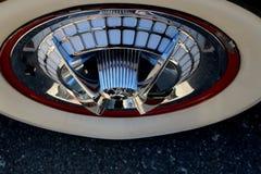 葡萄酒汽车Whitewall轮胎、轮毂罩和外缘 免版税库存照片