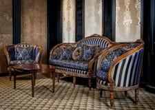 葡萄酒沙发和扶手椅子 库存照片