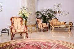 葡萄酒沙发和扶手椅子 免版税库存照片