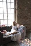 葡萄酒沙发的新娘有花和蜡烛的 免版税库存照片
