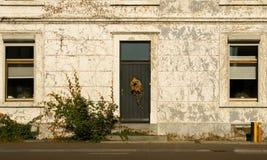 葡萄酒深绿门在一个老房子里 免版税库存照片