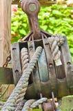 葡萄酒滑轮和线从一艘历史的帆船 库存照片