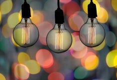 葡萄酒灯或现代电灯泡吊在天花板在bokeh backg 库存图片