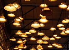 从葡萄酒灯的温暖的光在天花板 库存图片