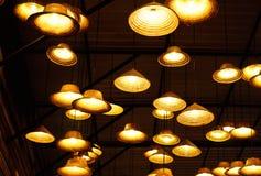从葡萄酒灯的温暖的光在天花板 免版税库存图片