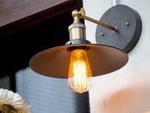 葡萄酒灯,电灯泡装饰在家 免版税图库摄影