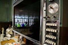 葡萄酒烤箱门老拨号盘和按钮 免版税库存照片