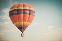 葡萄酒热空气在天空的气球飞行 免版税图库摄影