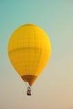 葡萄酒热空气在天空的气球飞行 免版税库存照片