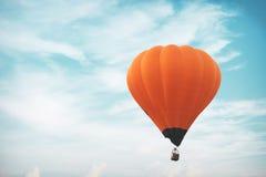 葡萄酒热空气在天空的气球飞行 免版税库存图片