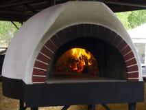 葡萄酒烹调的黏土烤箱在乡间别墅各种各样的盘:平的蛋糕、比萨、饼、谷物、肉、鱼和土豆 ?treadled 库存照片