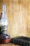 葡萄酒煤油灯和书 免版税库存图片