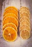 葡萄酒照片、在老木背景的切片干柠檬和桔子 免版税库存照片