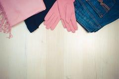 葡萄酒照片、女子般地的衣裳在木背景,衣物秋天的或冬天 免版税图库摄影