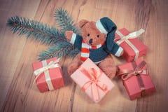 葡萄酒照片、玩具熊与五颜六色的礼物圣诞节的和云杉的分支 库存图片